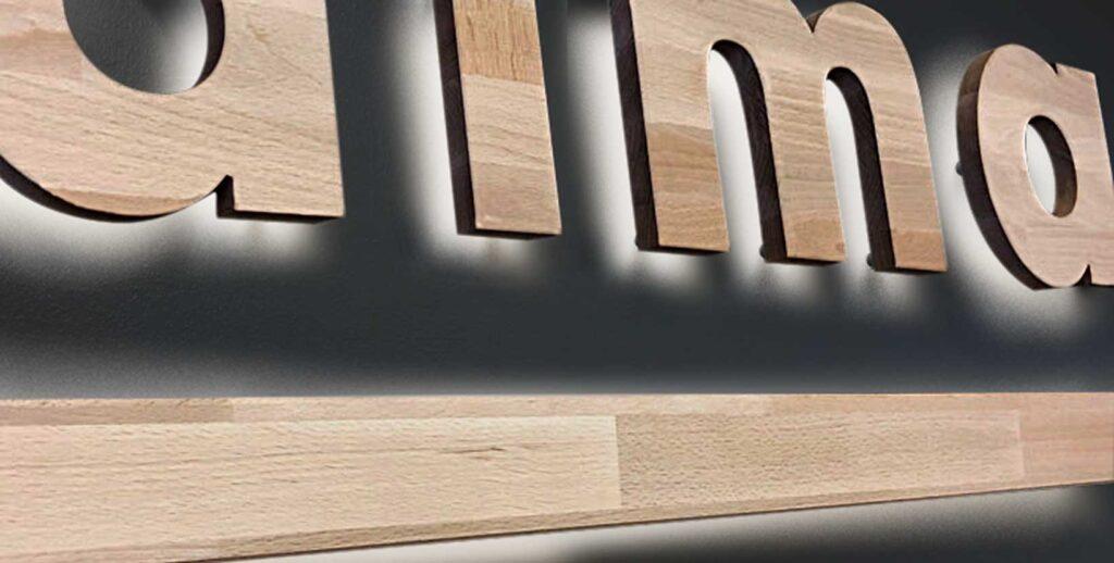 letras corporeas de maderas nobles con luz indirecta